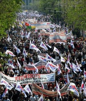 Plusieurs centaines de milliers de manifestants répondent à l'appel du PAME pour une manifestation géante à Athènes
