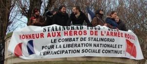 Les œillets rouges sur la place de la Bataille de Stalingrad à Paris