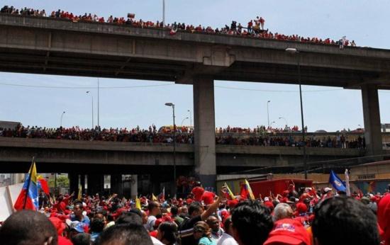 Le peuple accompagne Chavez pour son ultime tournée vers l'académ
