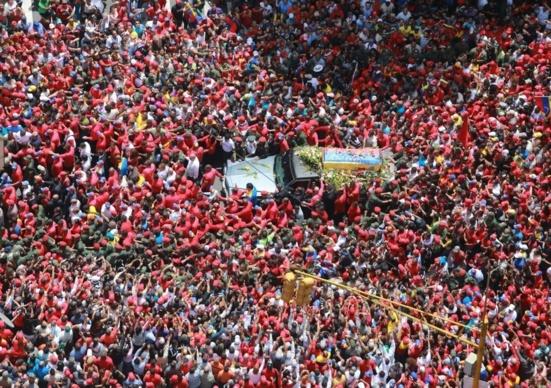 Le peuple accompagne Chavez pour son ultime tournée vers l'académie militaire