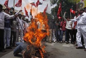 Des militants du CPI brûlant une mannequin de l'UPA pour protester contre les prix du pétrole