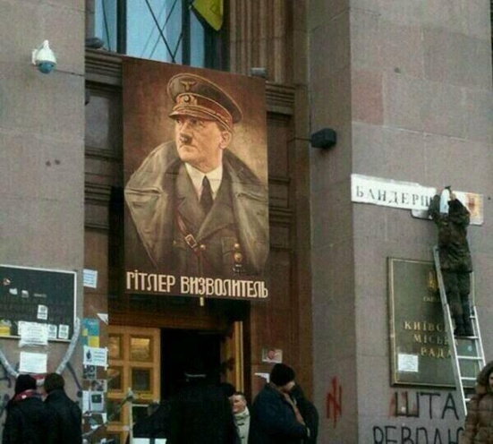 """Hitler ou Bandera ? """"l'opposition"""" ukrainienne affiche ses valeurs fascistes à Kiev"""