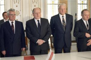 Leonid Kravtchouk, Stanislav Shushkévitch, Boris Eltsine mettent officiellement fin de l'Union soviétique - 8 décembre 1991