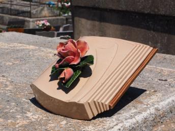 Que savoir des plaques funéraires?