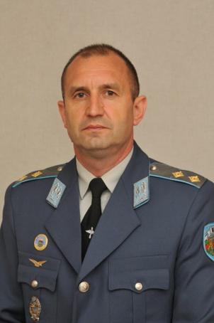 """Le """"général rouge"""" Roumen Radev remporte les présidentielles en Bulgarie"""