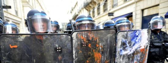 """""""Injustifiable"""", """"inefficace"""" et """"détourné de son objectif"""" : l'état d'urgence en France dans le viseur d'Amnesty International"""