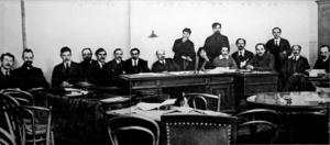 Alexandra Kollontaï, au centre, assise à gauche de Lénine lors d'une session du conseil des commissaires du peuple