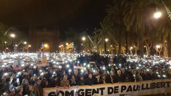 """""""Nous sommes des gens de paix"""" clament des milliers de catalan.e.s pour la libération des prisonniers politiques"""