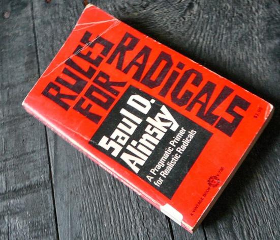 La méthode Alinsky, fausse radicalité et non remise en question du capitalisme