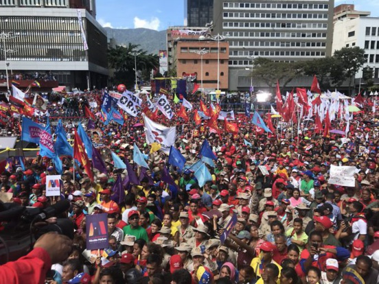 Une marée rouge accompagne Nicolas Maduro pour le dépôt de sa candidature