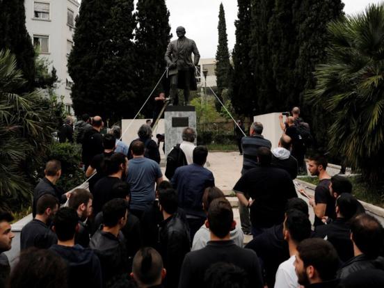 Des communistes grecs (KKE) tentent d'abattre une statue de Truman