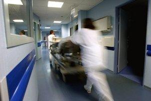 """Hôpital: """"trop de lits fermés durant l'été"""" pour les sénateurs PCF"""