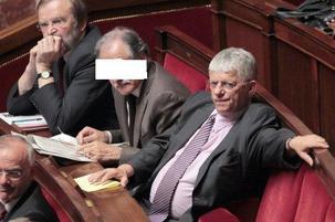 Deux députés PCF ne veulent plus que le président reçoive des titres religieux