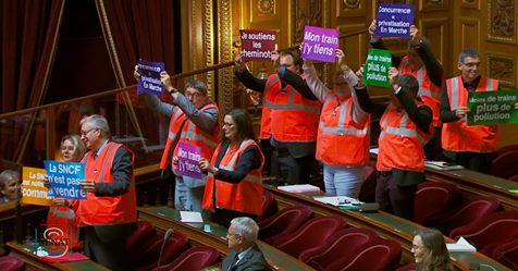 Réforme SNCF: En soutien aux cheminots, les communistes ont revêtu leurs gilets orange au Sénat