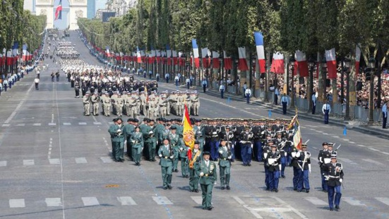 Guardia Civil parade sur les champs Elysées