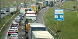 """En Belgique, des dépôts bloqués contre Total """"qui a choisi le camp de Sarkozy"""""""