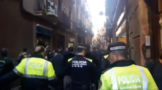 Le sinistre Manuel Valls chassé du quartier populaire du Raval (Barcelone)