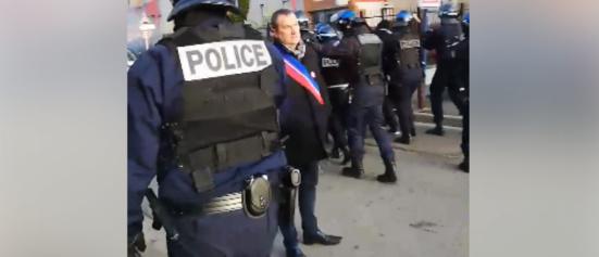 L'élu communiste Pierre Garzon (PCF) s'interpose entre les CRS et les lycéen.ne.s