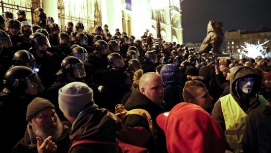 """En Hongrie, des milliers de manifestants paralysent le parlement contre le """"droit à l'esclavage"""""""