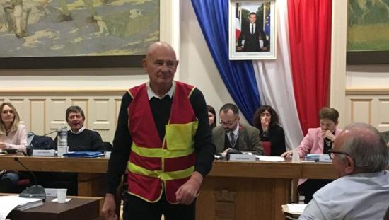 Béziers : Quand Aimé Couquet (PCF) débarque en gilet rouge et jaune au conseil municipal