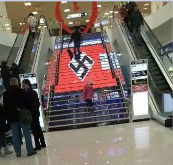 Ukraine (démocratique) : Une croix gammée géante orne un escalier d'un centre commercial