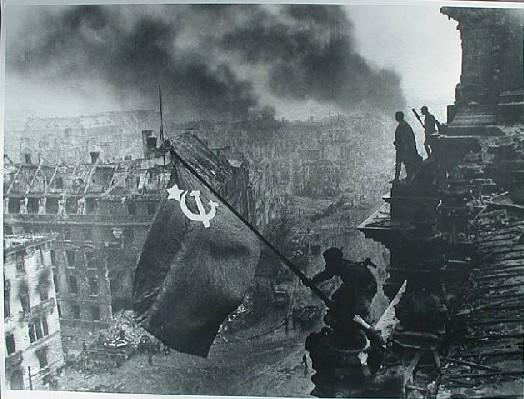 prise du Reichtag par les forces soviétiques de Joukov et Koniev