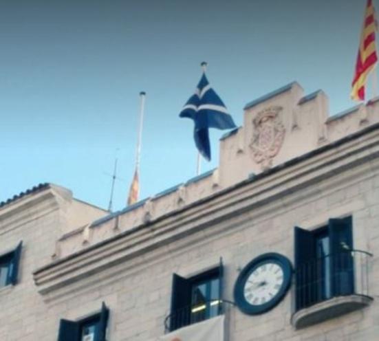 Le drapeau noir hissé sur la mairie de Girona (Catalogne)