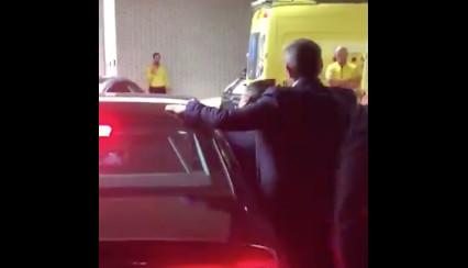 Pedro Sachez quitte l'hôpital de Sant Pau sous les huées des médecins et infirmier.e.s