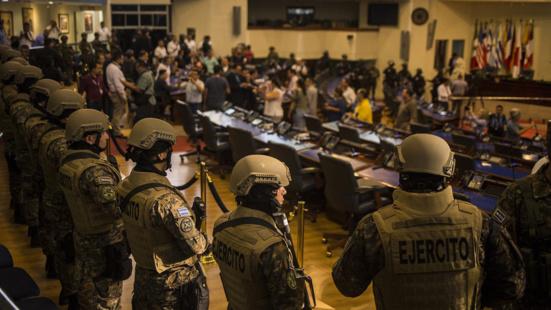 Coup de force militaire en El Salvador contre le parlement