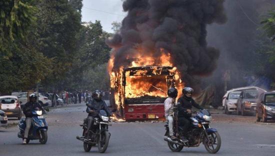 20 morts dans les émeutes nationalistes à Delhi, le Parti communiste condamne l'inaction de la police