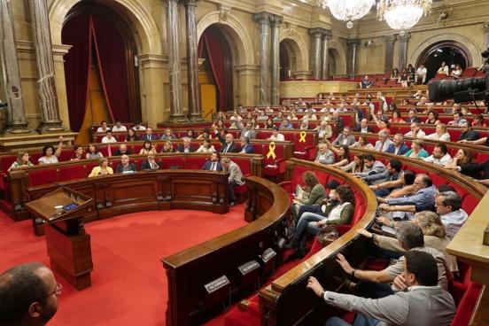 """Le parlement catalan déclare que la Catalogne est une """"République"""" et """"ne reconnaît pas """"de roi"""""""