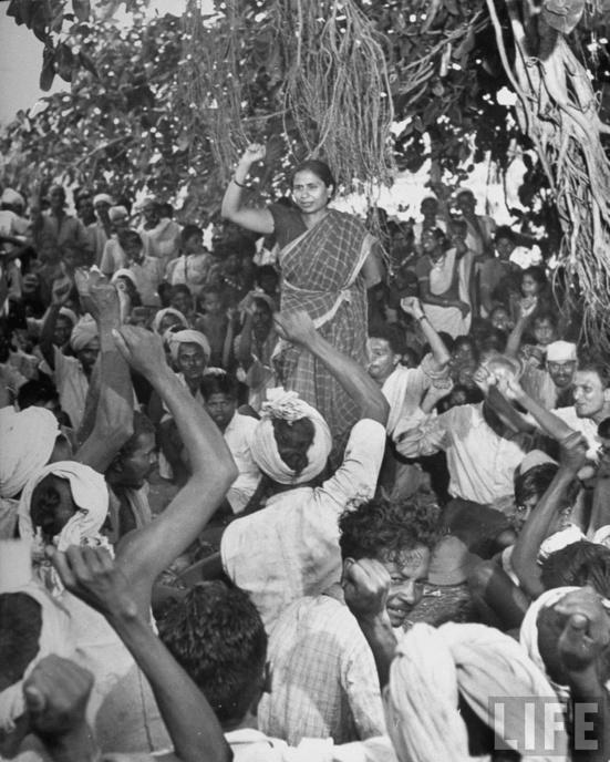Godavari Parulekar, leader du mouvement communiste et du All India Kisan Sabha, s'adressant aux tribaux Warli de Thane dans le Maharashtra