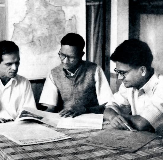 BT Ranadive, G Adhikari et PC Joshi lors d'une réunion du Bureau politique du Parti communiste indien au siège du CPI à Bombay, 1945