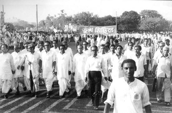 Le chef communiste Jyoti Basu (sixième en partant de la gauche au premier rang; pas de lunettes), qui devint plus tard le ministre en chef du Bengale occidental, lors d'un Bhukha Michhil («procession des affamés»), pendant le mouvement alimentaire de 1959