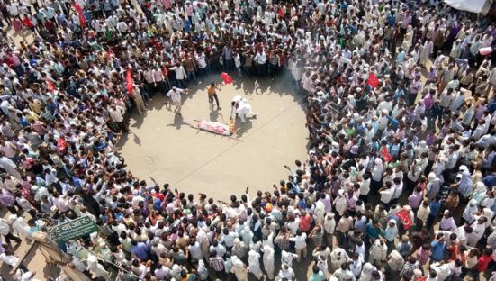 Des agriculteurs de Sikar, au Rajasthan, menant un simulacre de funérailles du gouvernement BJP de l'État du Rajasthan dans le cadre d'une lutte menée par All India Kisan Sabha, le 3 septembre 2017