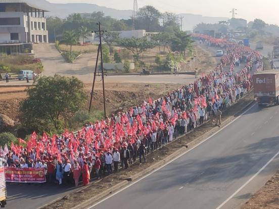 Plus de 15.000 agriculteurs, dirigés par l'AIKS, manifestent au Maharashtra