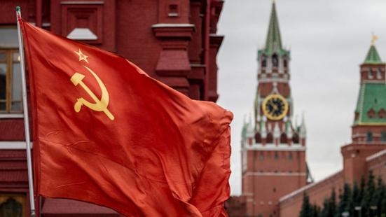 Le drapeau rouge flotte sur Moscou