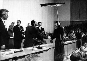 Election de Gregor Gysi symbolisée par la remise d'un balai