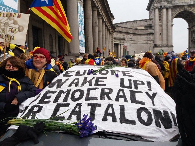 Plus de 45.000 catalan.e.s manifestent à Bruxelles pour la démocratie et la libération des prisonniers politiques