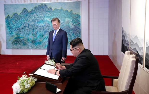 Poignée de main historique entre Kim Jong Un et Moon Jae-in