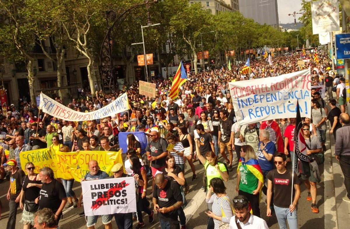 Catalogne : Un an après le référendum d'autodétermination, des militant.e.s indépendantistes bloquent routes et trains