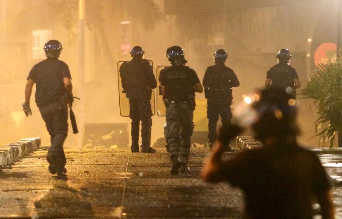 """Macron envoie l'armée à La Réunion """"pour rétablir l'ordre public"""""""