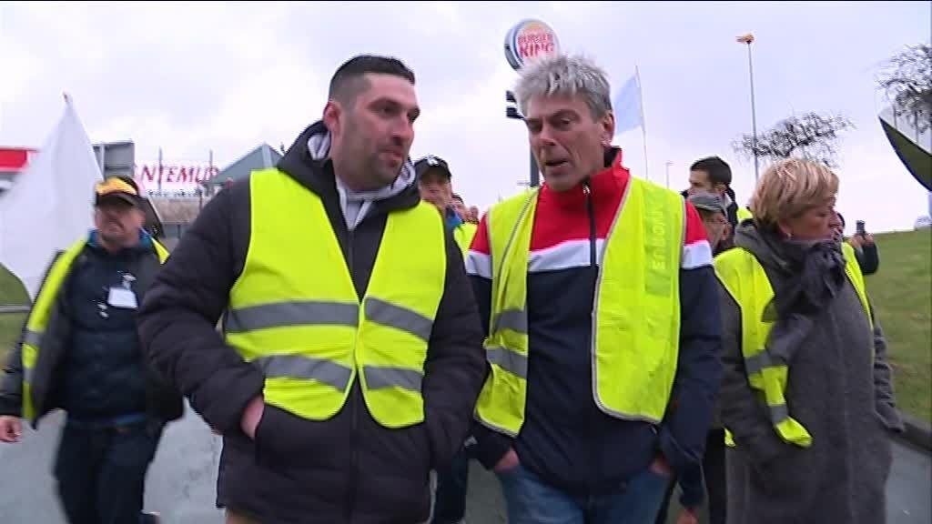 Dieppe : le député communiste Sébastien Jumel défile avec les gilets jaunes