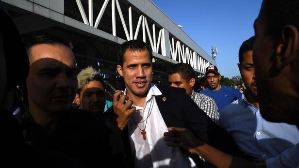 Juan Guaidó humilié et insulté par un peuple en colère lors de son retour au Venezuela
