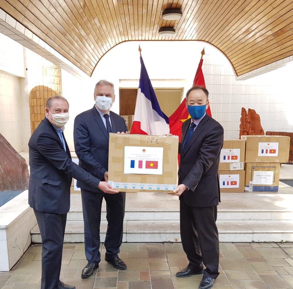 Le Vietnam socialiste livre 50.000 masques au département du Val-de-Marne