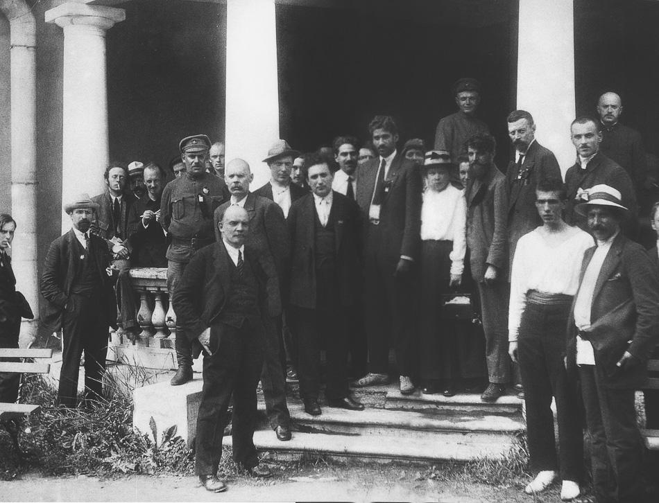 MN Roy (au centre, cravate noire et veste) avec Vladimir Lénine (dixième à partir de la gauche), Maxim Gorky (derrière Lénine) et d'autres délégués au deuxième congrès de l'Internationale communiste au palais Uritsky à Petrograd 1920