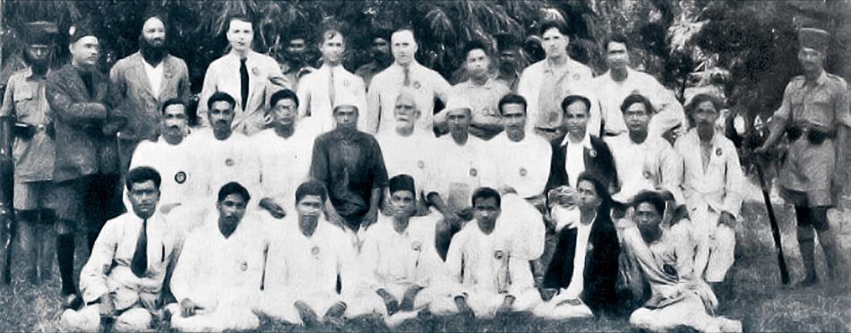 Portrait pris à l'extérieur de la prison de Meerut de vingt-cinq de ceux qui ont été emprisonnés dans le cadre de l'affaire du complot de Meerut