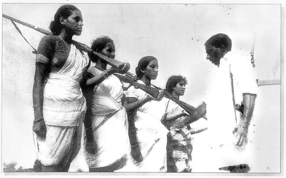 Mallu Swarajyam (à gauche) et d'autres membres d'une escouade armée pendant la lutte armée Telangana (1946-1951)