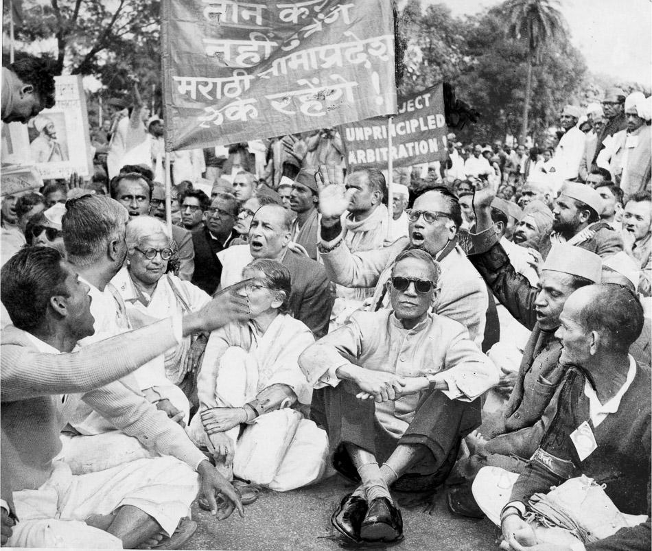 Des membres du Samyukta Maharashtra Samiti dirigés par le chef communiste SS Mirajkar (troisième en partant de la droite, portant des lunettes noires) qui était alors maire de Bombay, manifestant devant le Parlement de New Delhi, 1958