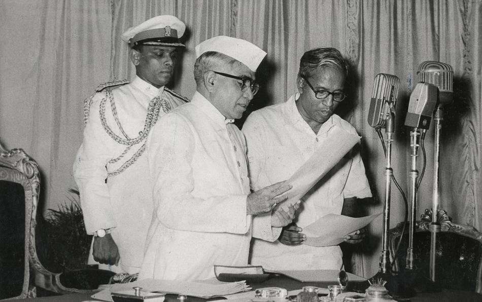 EMS Namboodiripad (à droite) prêtant serment en tant que premier ministre en chef du Kerala. Thiruvananthapuram, 5 avril 1957